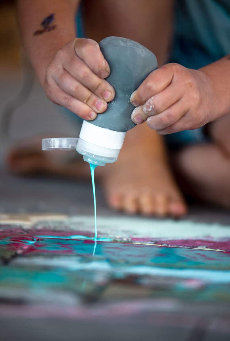 Flüssige Kreide zum Malen und Spritzen auf der Straße