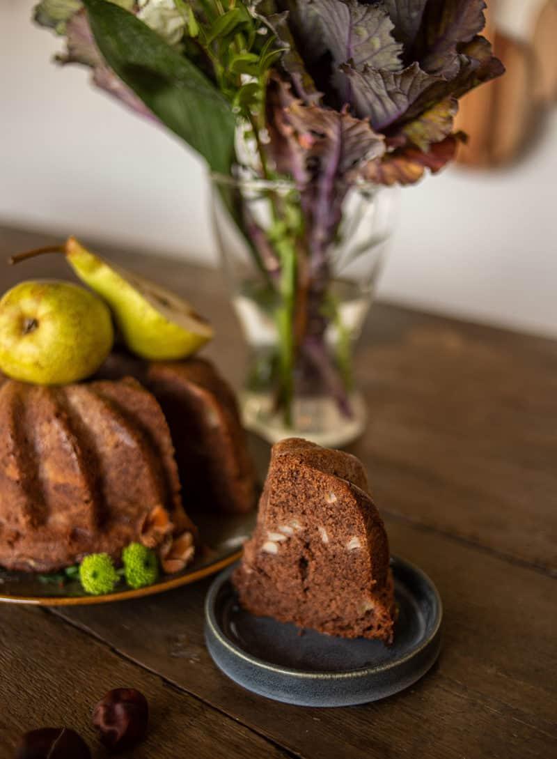 Schokoladen Gugelhupf mit Birne im Herbst