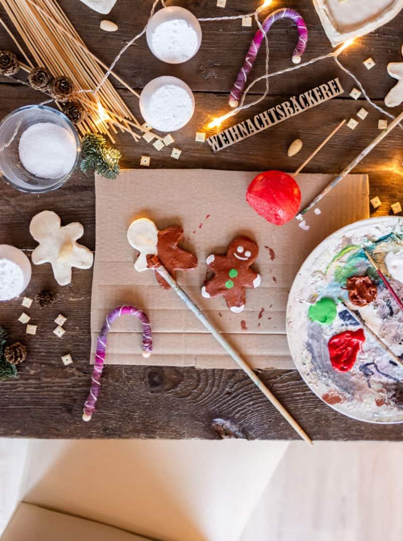 Weihnachtliche Zuckerstangen aus Wolle, Lebkuchen aus Salzteig und Liebesäpfel aus Styrokugeln