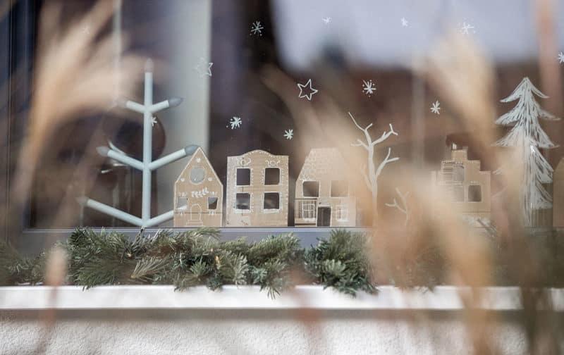 Fensterdeko Weihnachtsdorf aus Pappe