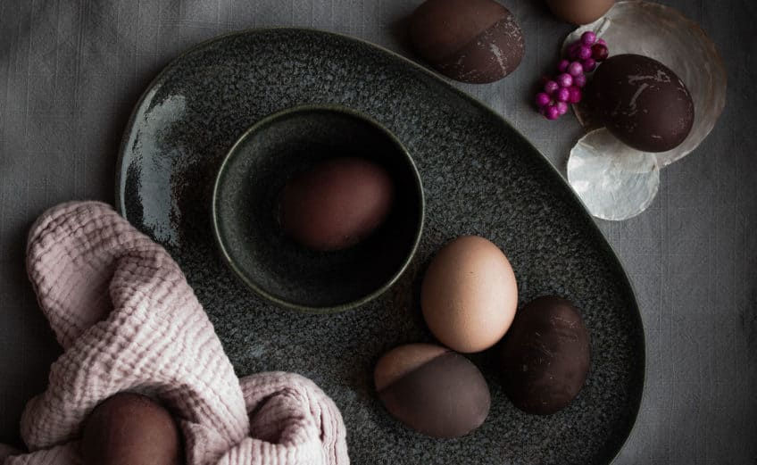Dip-Dye-Ostereier natürlich färben mit Holundersaft