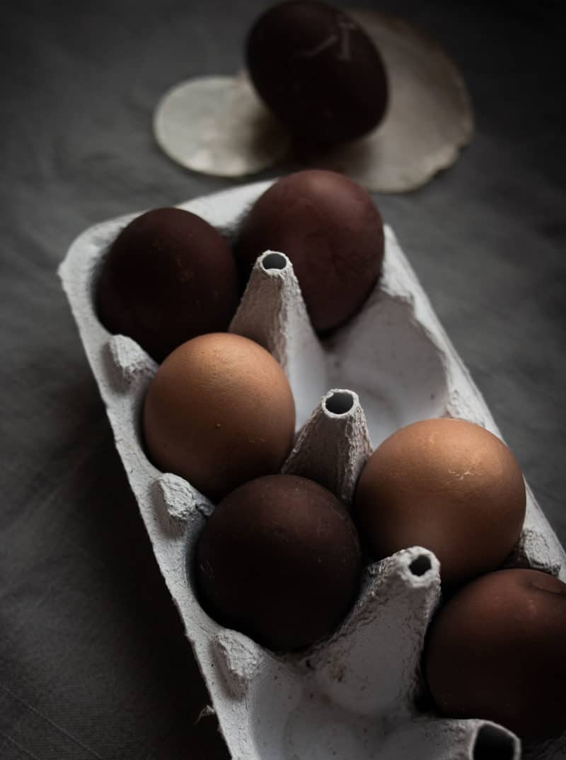 Ostereier natürlich färben mit dunklem Holundersaft