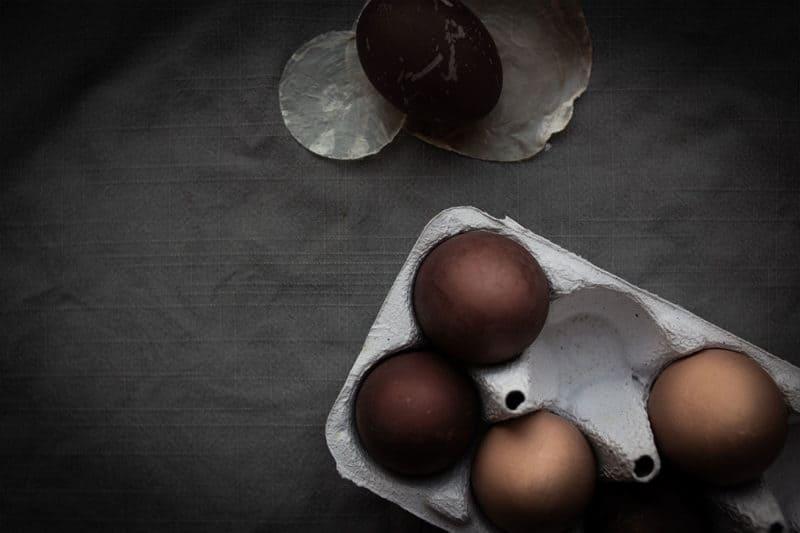 Ostereier mit Holundersaft färben