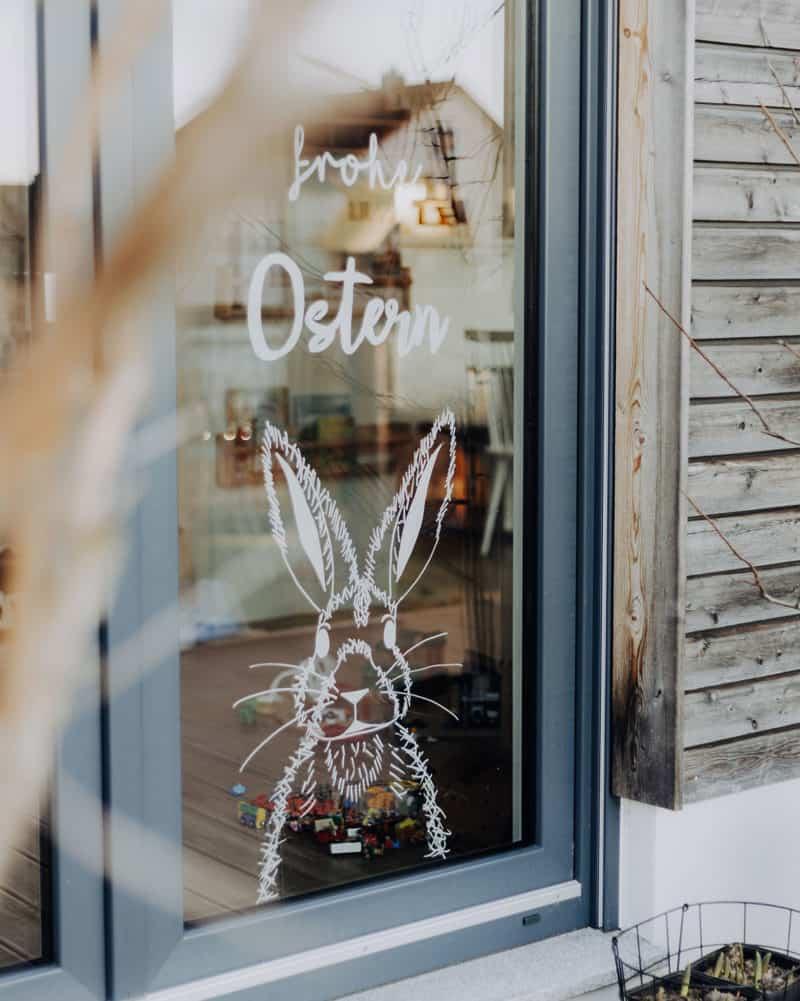 Freebie: hasige Ostergrüße auf dem Fenster mit Kreidemarkervorlage