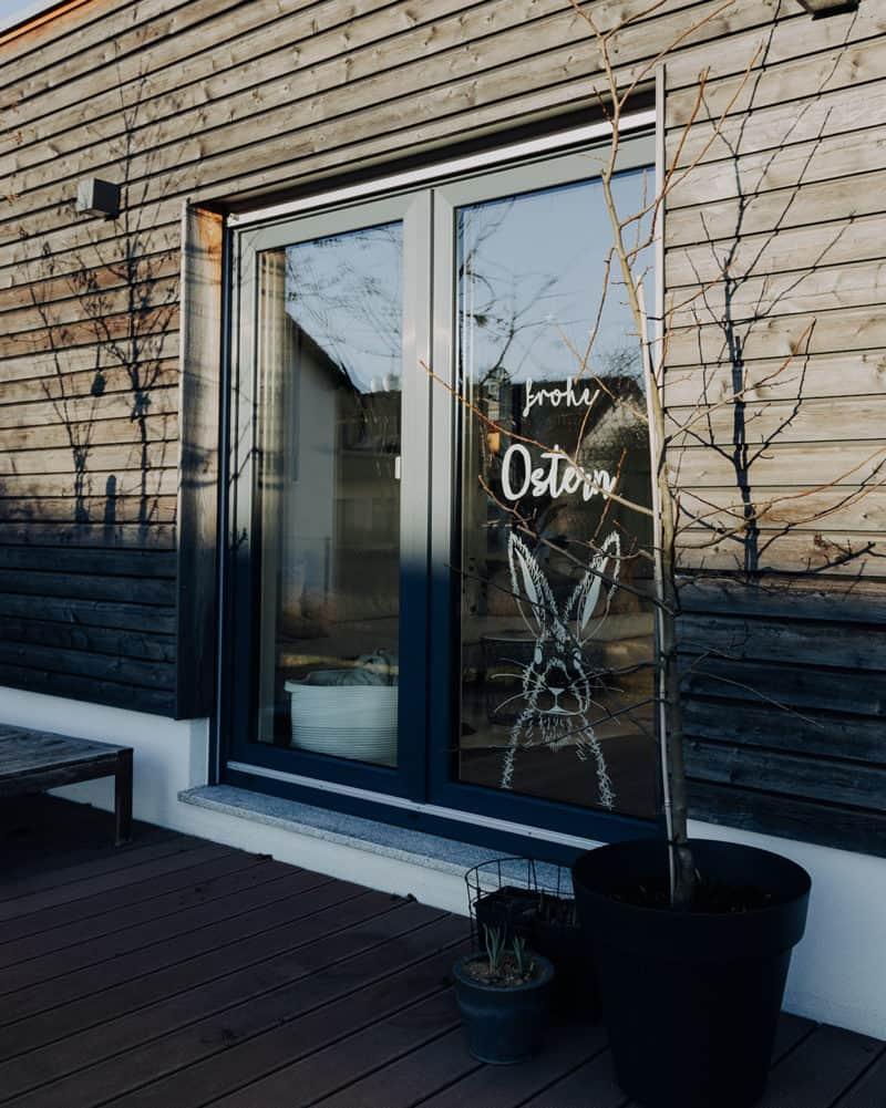 Ostergrüße am Fenster mit Kreidestift und freebie Vorlage