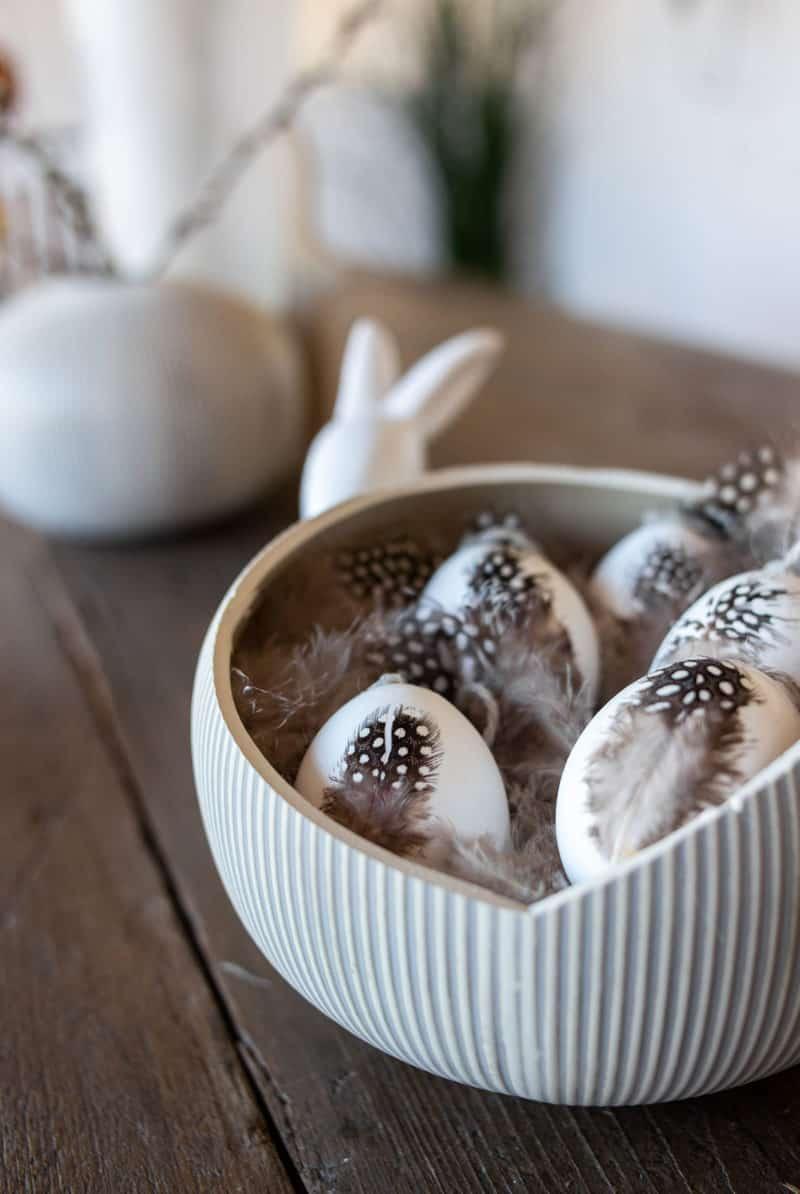 DIY Ostereier mit Federn bekleben