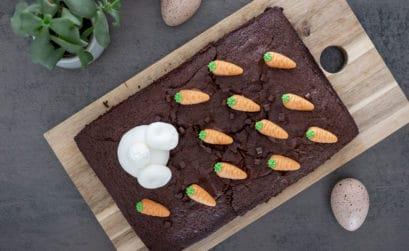 Belchkuchen für Ostern mit lustigem Hasenpopo dekorieren - Last-Minute Kuchen mit frühlicher Osterdeko