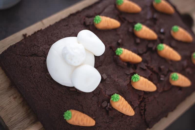 Kuchen zu Ostern mit fröhlicher Osterlaune