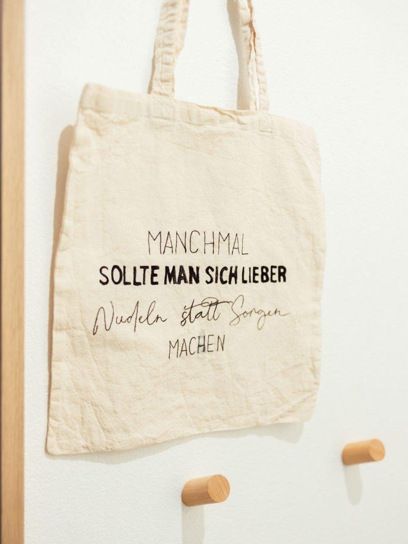 coole Bastelidee mit Stofftaschen - DIY Jutetasche / Jutebeutel mit Statement gestalten