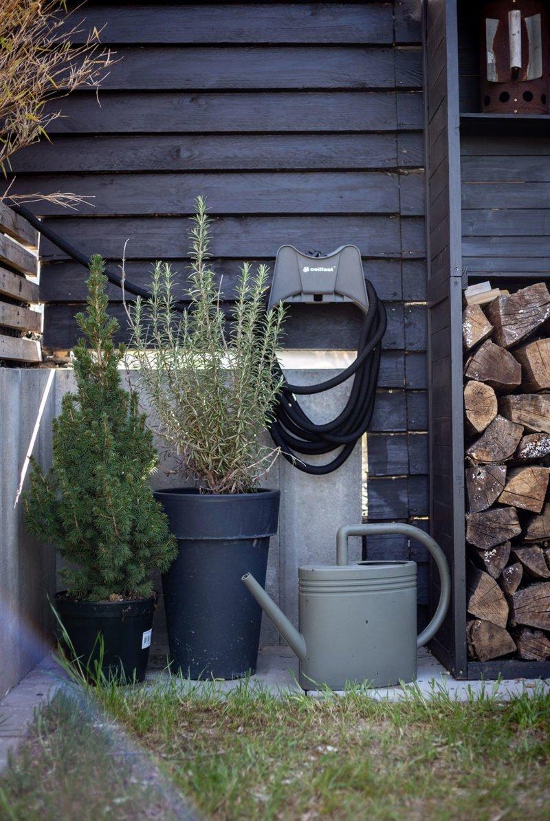 Gartenplanung – ein moderner Hausgarten in dunklem Glanz