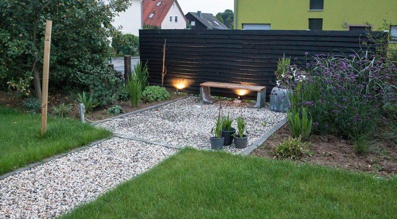 Gartenplanung – ein moderner Hausgarten in dunklem Glanz mit schwarzen Elementen