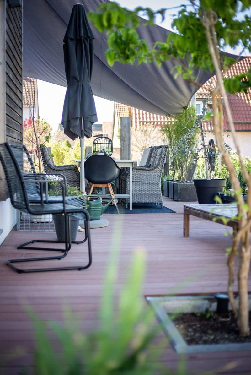 Moderner Sitzplatz mit Ausblick im Garten - die Terrasse