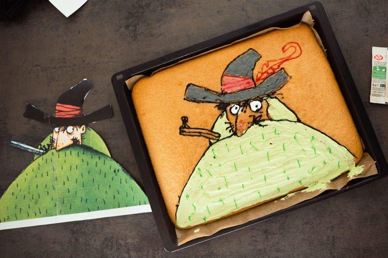 Blechkuchen mit Motiv für den Motto Kindergeburtstag   Räuber Hotzenplotz mit Zuckerguss malen