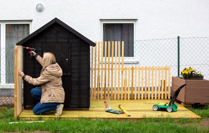 DIY Kinderspielhaus mit Outdoor-Lounge und Hochbeet